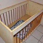 lit bébé, sans drap, et le matelas brûlé par un anti moustique et une propreté difficile à quali
