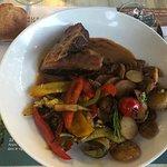 Magret de canard sauce au poivre, pommes de terre sarladaises et légumes grillés