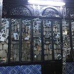 Очень старая синагога, хорошее место,  для посещения. Вход бесплатный, одежду если не подходит в
