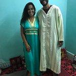 Usando as jelabas (roupa tradicional do Marrocos)