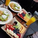 Fruktsallad, juice och ägg benedict