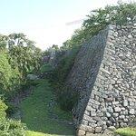 本丸の石垣が長く続いてます。なかなか大きい城です。