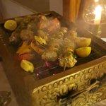 Очень вкусно, взамен мяса попросили рыбу. Принесли на шпажках с овощами гриль.