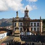 Vista do largo do museu e estátua de Tiradentes.