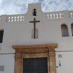 En lo alto, la Ermita de la Santa Cruz dominando la ciudad de Alicante