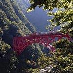 新山彦橋を渡る