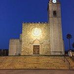 Attraktiv beleuchtete Kirchenfront.