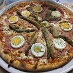 Pizza con berenjena, huevo, jamón dulce y parmesano