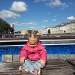 Ожидаем начало экскурсии, причал Аничков мост (о синее стекло сзади рассекли лоб)