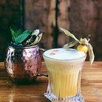 Cocteles para brindar y compartir en Sinko Bar.