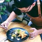 Preparamos platos que resumen la esencia gastronómica Sinko Bar.