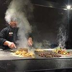 El show del chef mientras te prepara una deliciosa cena