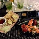 Assortiment de makis et sashimis, et tempura de légumes
