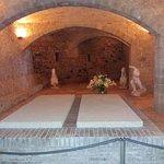 Могила Галы Дали. Второе место, приготовленное для Салвадора Дали, так и осталось пустым.