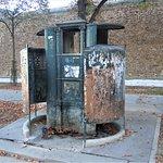 La vespasienne sur le trottoir et le mur d'enceinte de la prison de la Santé