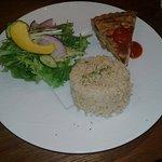 Quiché con arroz integral y ensalada.