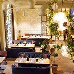 Просторный первый зал ресторана LA STORIA