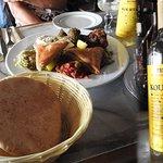 Assortiment de spécialités méditerranéennes et Retsina