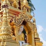 พระพุทธรูปในซุ้มเจดีย์