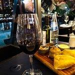 Um jantar relaxante com um bom vinho.