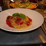Spaghetti mit frischen Tomaten, Knoblauch und Basilikum und leckere Pizza
