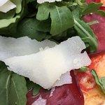 Pizza mit Schinken und Ruccola sowie Parmesan - lecker!