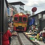 Foto van Maeklong Railway Market (Talad Rom Hub)