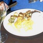 Gebakken paling, 2 sausjes, een slaatje en lekkere frieten
