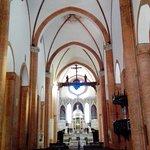 La navata centrale con le ardite volte a crociera in muratura