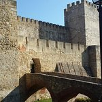 l'interno del castello con il percorso sulle mura
