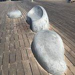 פסלים סביבתיים שאחד מהם משמש כספסל