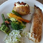 Filé de peixe com batata recheada e legumes...bom demais 😋😋😋