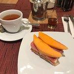 Té, amaretto y sándwich jamón serrano y melón,
