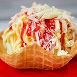 Endlich auch der Klassiker: SpaghettiEis im Waffelbecher mit hausgem. Erdbeersoße, Tahiti-Vanill
