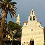 Церковь Святой Троицы в городе Будва, Черногория, была построена благодаря тысячам усилий неравн