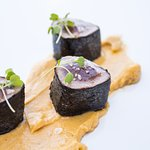 Lomo de atún rojo macerado, lima y crujiente de alga nori