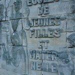 Bas-relief du mur d'enceinte de l'école