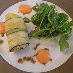 Cannelloni de courgettes au chèvre, olives vertes et tomates confites
