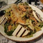 Πολύχρωμη σαλάτα με κινόα, μανούρι ψητό, σταφύλι και βινεγκρέτ φράουλας