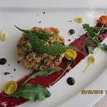Tartare de saumon au Yuzu Glacis de betterave, tomate cerise, tuiles aux herbes
