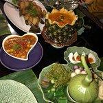 บ่งบอกความเป็นไทย ด้วยอาหารไทย รสเลิศ เสริฟอาหารพร้อมสำรับ ใบตอง ที่รองแก้วน้ำด้วยใบไม้ บรรยากาศ