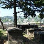 Terrasse et vieux cimetière