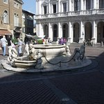 la fontana al centro della piazza