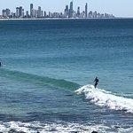 サーファーズを眺めながらサーフィン