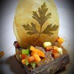 Rabo de choto con verduritas, crujiente de patata y una reducción de vino de la Ribera del Duero