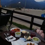 Оболденное местечко с очень вкусной едой и невероятно приветливым персоналом.Виды на горы умиляю