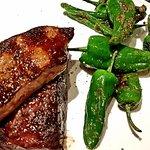 Steak mit Foie Gras obendrauf, Jus und Pimentos