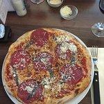 Pizza met salami en anjosvis