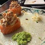 Omakase en donzoko. Entre otros platos: Uramaki de harumaki de salmon y aguacate. Gunkan de salm