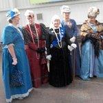 Ces dames en costume d'époque pour l'acceuil des visiteurs